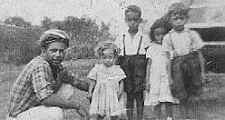 Meu pai, eu, meu irmão e irmãs ao lado da charrete.