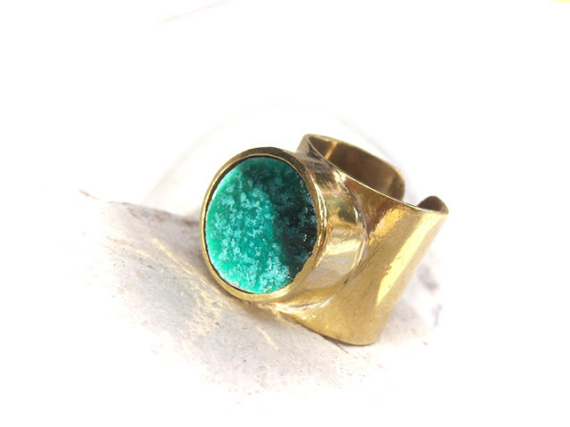 Adjustable ring, in brass and jade ceramic by azulado