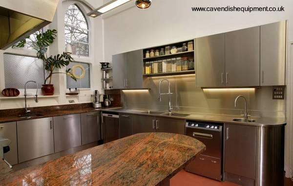 Terminaciones de gabinetes de cocina en metal