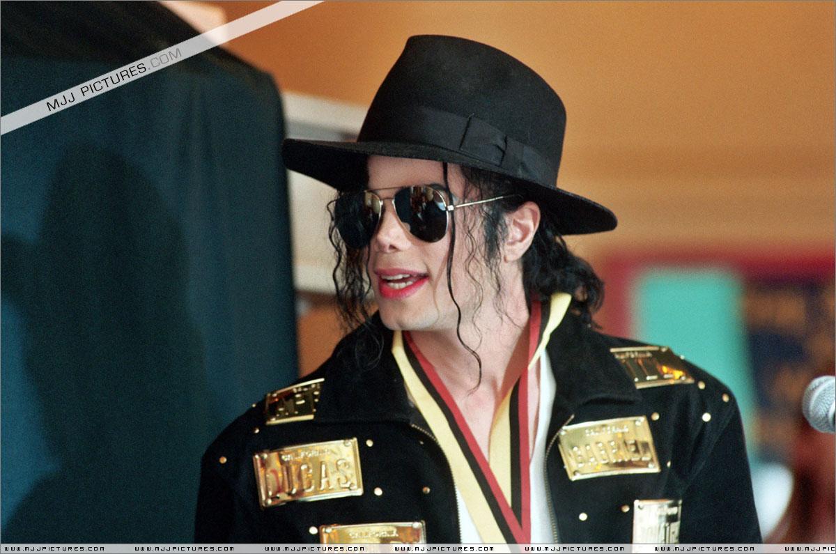 http://3.bp.blogspot.com/-M7qWShlUTnw/T66gjcTNqlI/AAAAAAAAFbc/qDYkzWV7Qqg/s1600/michael_jackson_awards_guinness_may_1993+(24).jpg