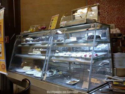 Doce Incanto Café & Torteria: Vitrine na parte frontal da loja