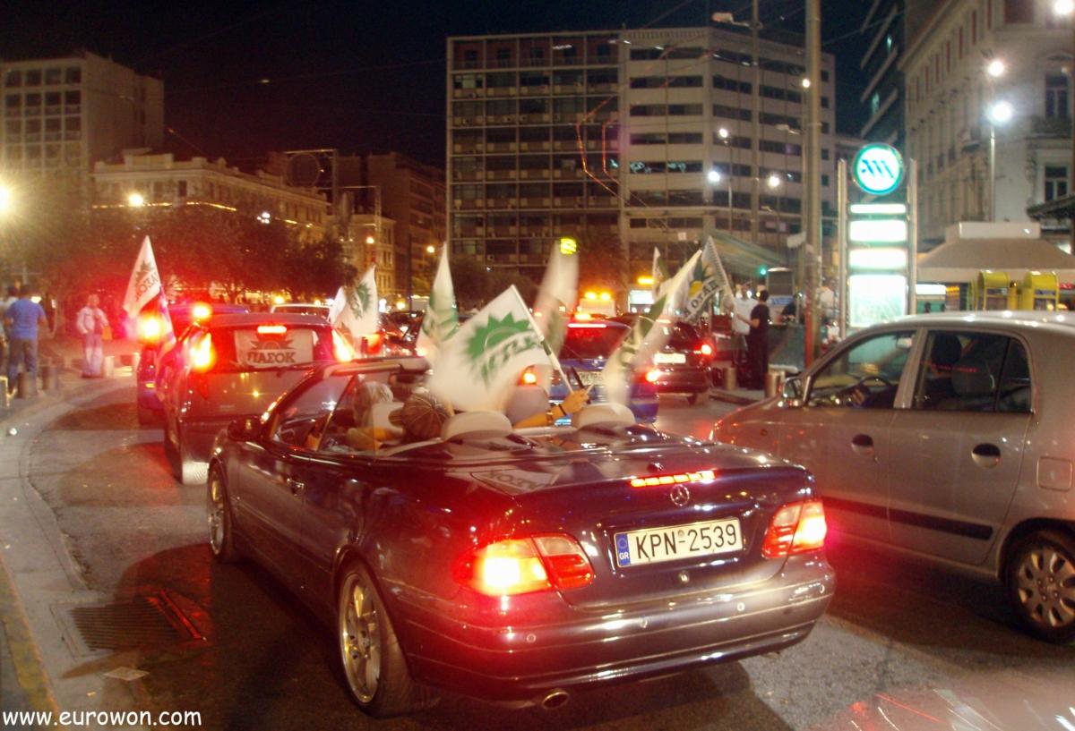 Griegos celebrando la victoria en las elecciones
