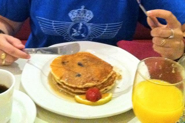 Desayunando tortitas con sirope de arce en EEUU