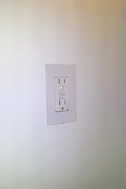 Smoothline 1-gang flush wall plate with GFCI outlet