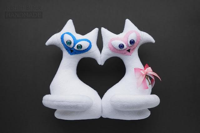 Игрушка - подарок на свадьбу - белые котики с сердцем.