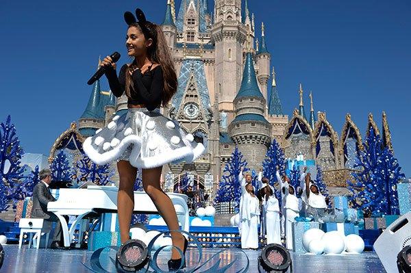 """Ariana Grande canta """"Zero To Zero"""" y """" Focus"""" en el Desfile de Navidad de Disney."""