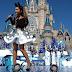 """Ariana Grande canta """"Zero To Hero"""" y """" Focus"""" en el Desfile de Navidad de Disney."""