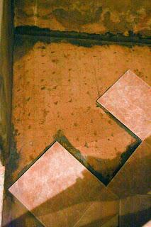 укладка плитки под углом на пол в ванной комнате