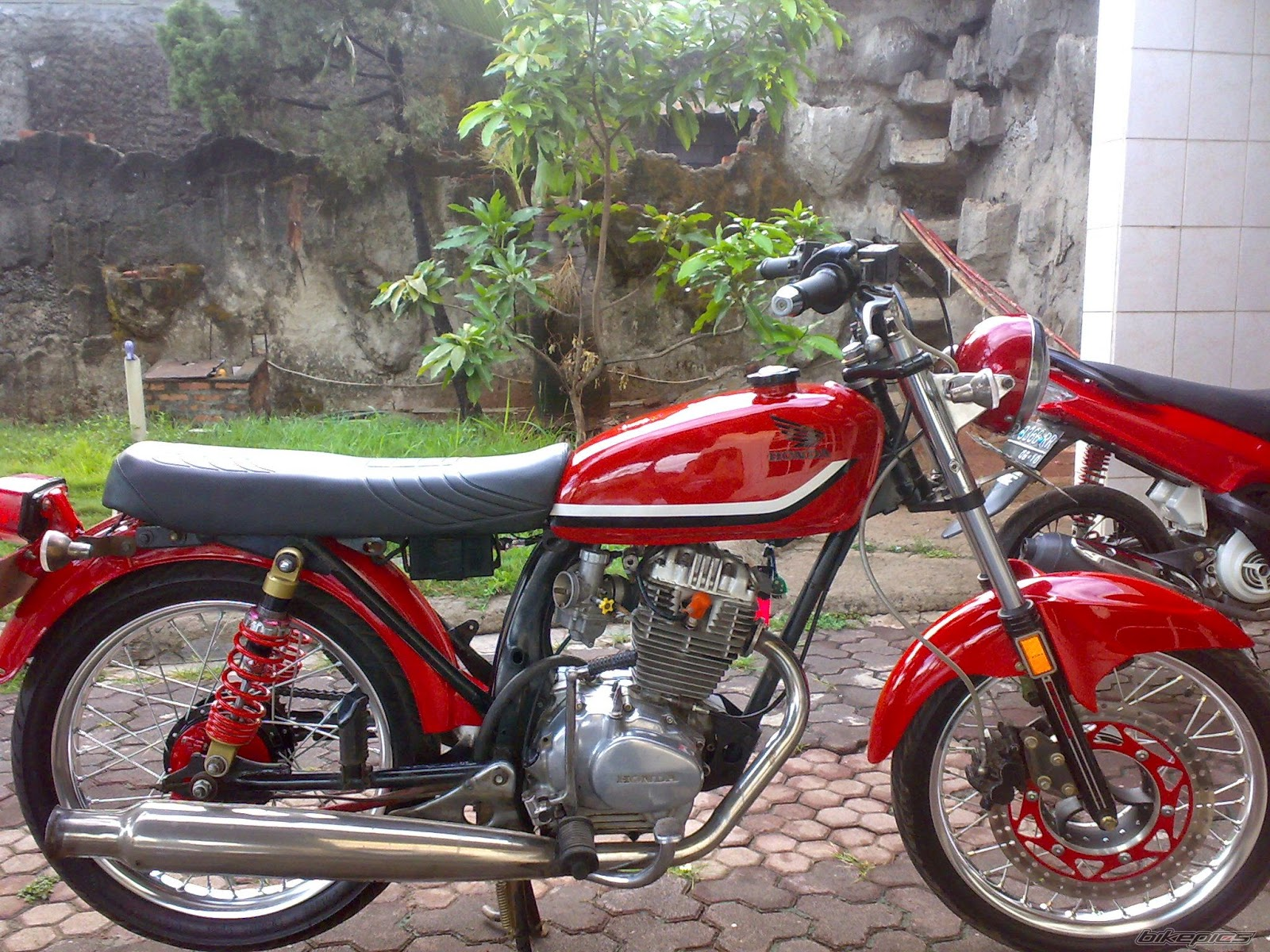 modifikasi-honda-cb-100-merah