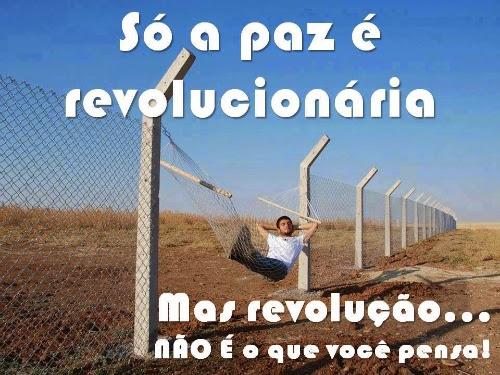 """Homem deitado em uma rede armada no lugar uma grande cerca. Da série """"só a paz é revolucionária"""", publicada por Augusto de Franco no Facebook."""