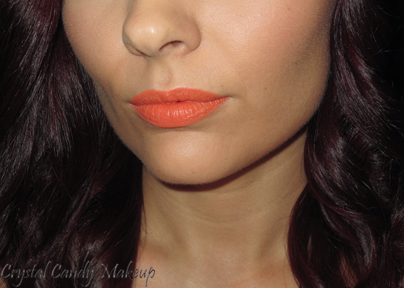 Rouge à lèvres Sounds Like Noise de MAC (Collection Hayley Williams) - Swatch - Peachy Orange Yellow matte lips on olive skin