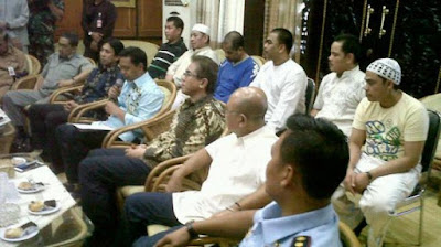 Deputy governor of South Kalimantan, Rudy Resnawan, welcomes the six migrant workers rescued from Saudi Arabia's death row on June 4, 2015.