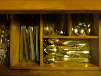 Besteckschublade von oben: Zuckerlöffelchen, Löffel usw.