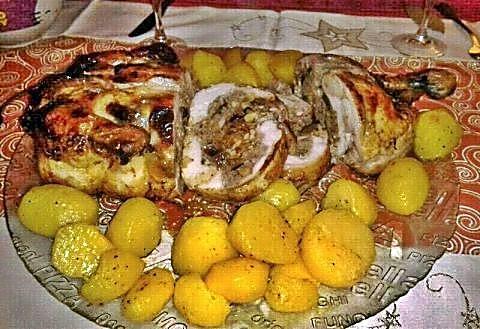 Pollo relleno con patatas a las finas hierbas cortado