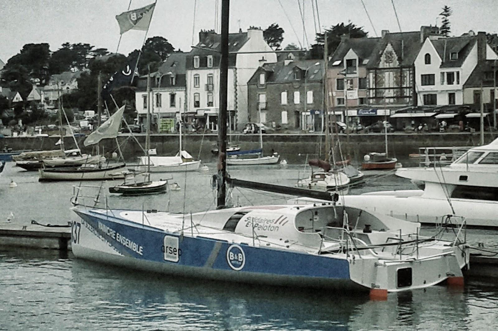 Le Class40 137 Solidaires en Peloton, à La Trinité, avant de mettre cap sur Saint-Malo.