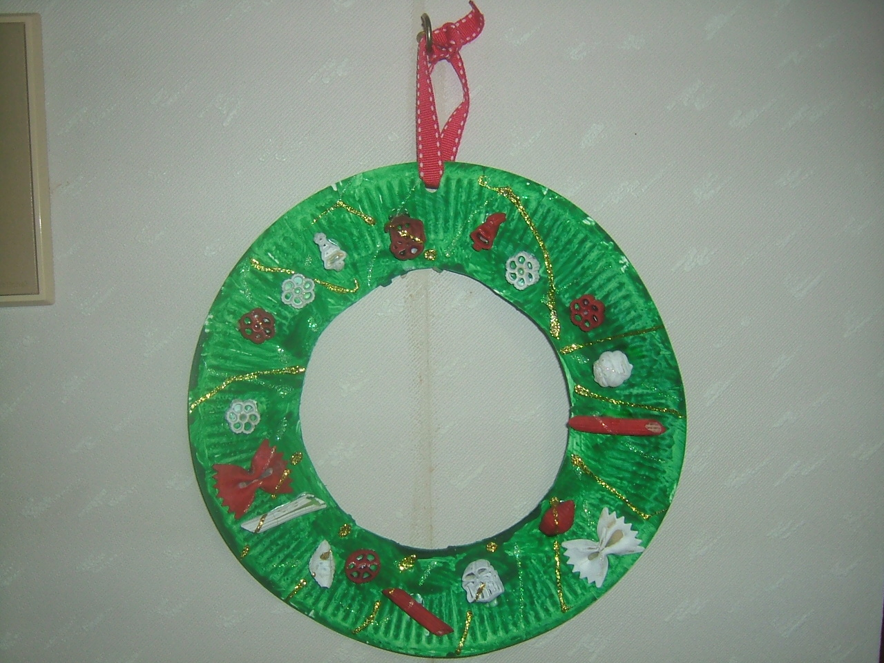 easy paper plate christmas wreath craft preschool education for kids. Black Bedroom Furniture Sets. Home Design Ideas