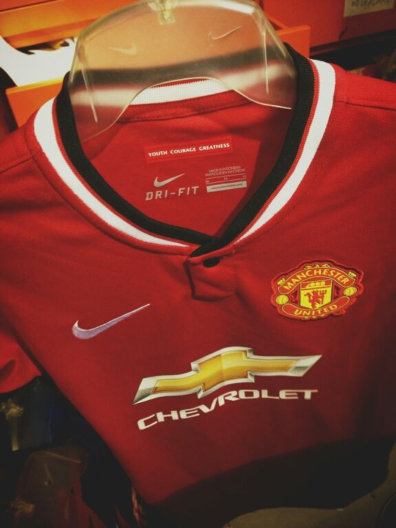 e2db6c22df0 The Chevrolet logo on the Manchester United Kit features the usual colors  of the enterprise