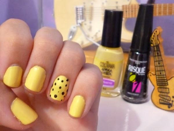 amarelo e bolinhas unhas