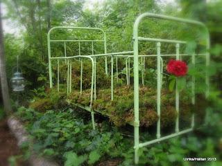 säng i trädgården