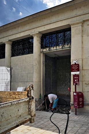 Les travaux des latrines de la place du Coderc par Manu Allicot