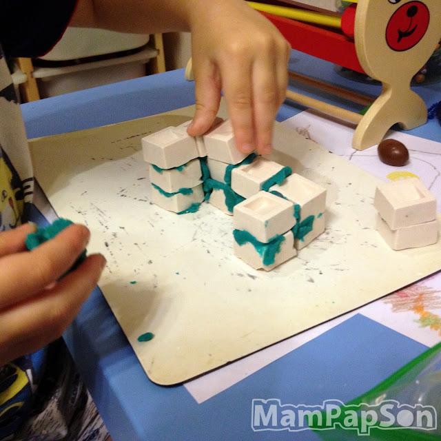 строим дом из гипсовых кирпичей и пластилина