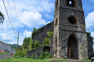 Igreja antiga aos escombros devido ao terremoto em Grenada