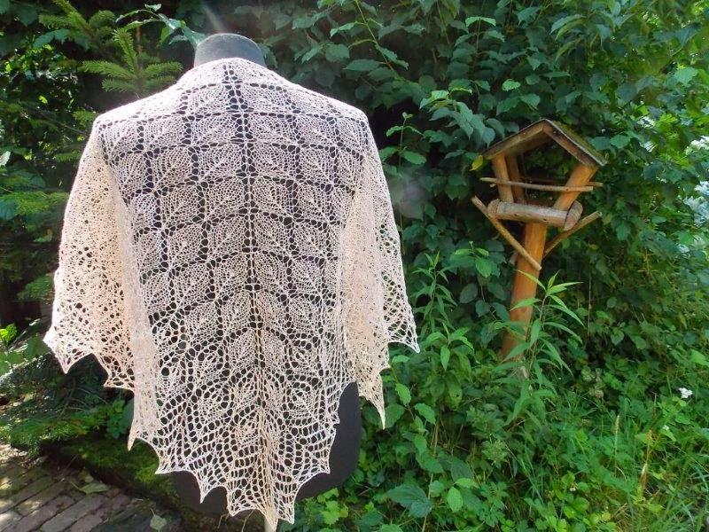 TE KOOP: zacht  zalmkleurige linnen shawl.
