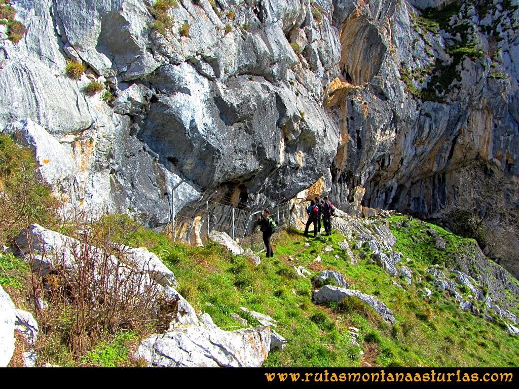 Rutas Montaña Asturias de las Pinturas Rupestres de Fresnedo: Visitando el abrigo Cochantoria