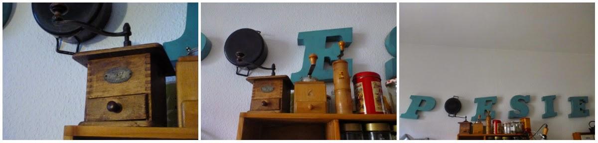 """drei Kaffeemühlen auf dem Küchenregal, darüber der Schriftzug """"POESIE"""" aus hängenden Buchstaben"""