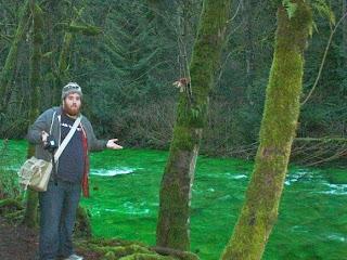 Aneh, Air Sungai Ini Berubah Hijau Terang
