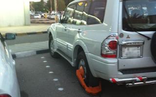 رجال المرور يكبحون السيارات غير المخالفة