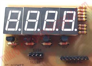 Widok modułu wyświetlaczy LED na płytce PCB.