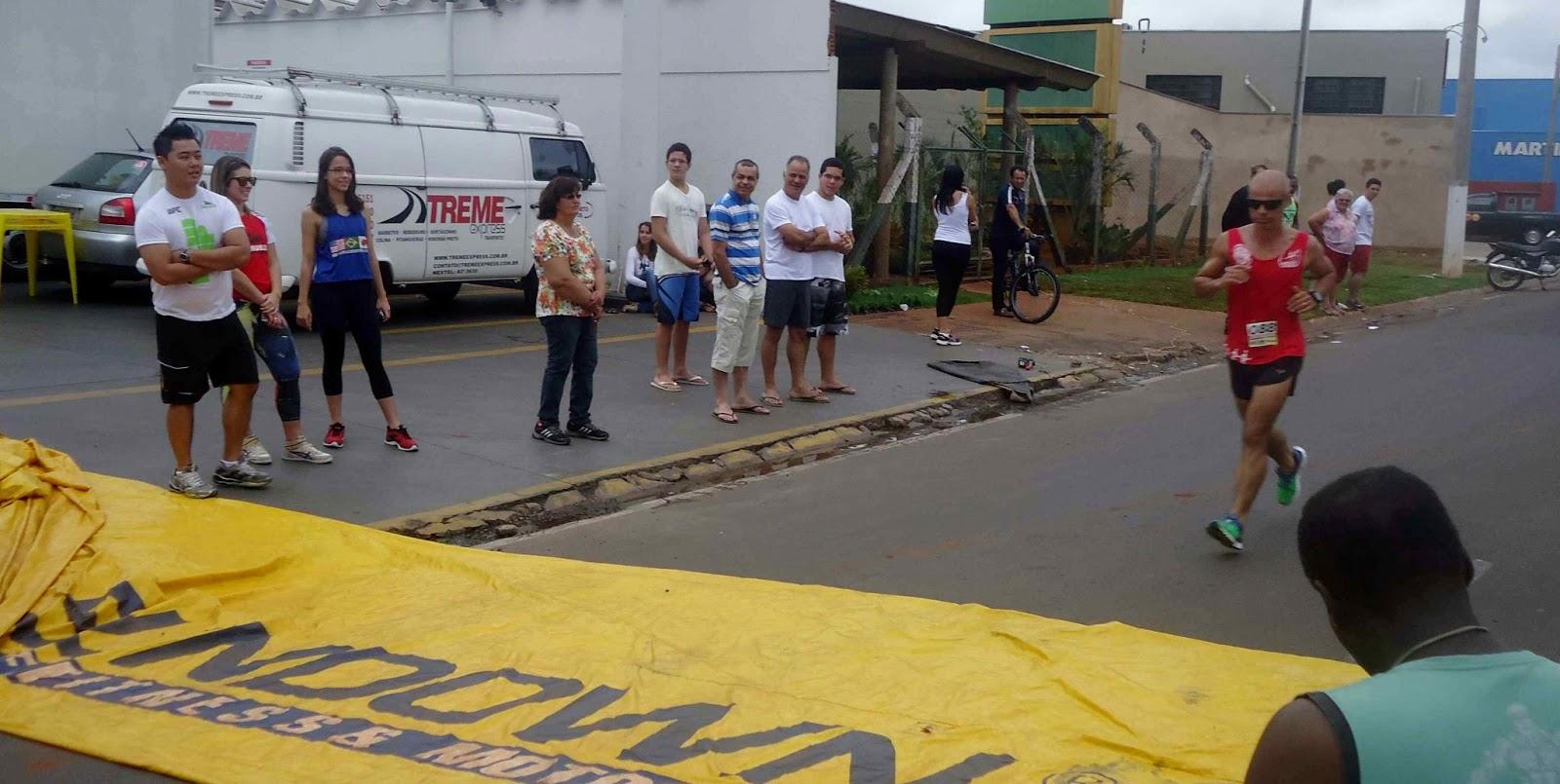 Foto 101 da 1ª Corrida Av. dos Coqueiros em Barretos-SP 14/04/2013 – Atletas cruzando a linha de chegada