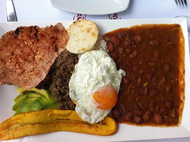 Bandeja paisa receta saludable del plato típico de Colombia