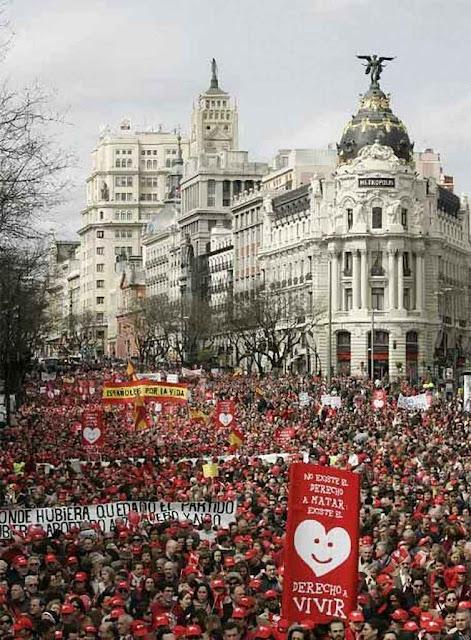 Dez anos depois as marchas pela vida, pela família, contra o 'casamento' homossexual e a ideologia de gênero, enchem as ruas espanholas, Madri.