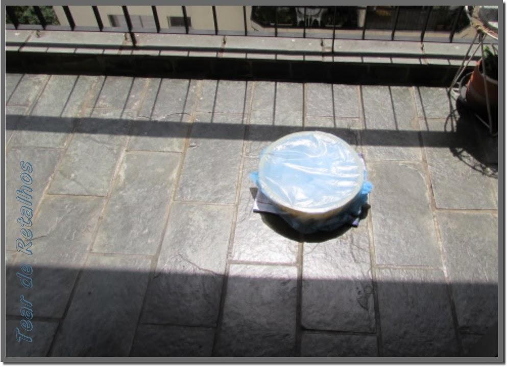 Roupa branca encardida no molho e exposta ao sol.