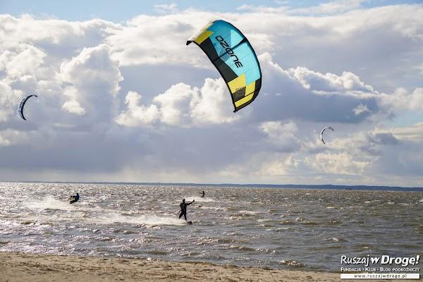 Kitesurferowcy na Zalewie Wiślanym