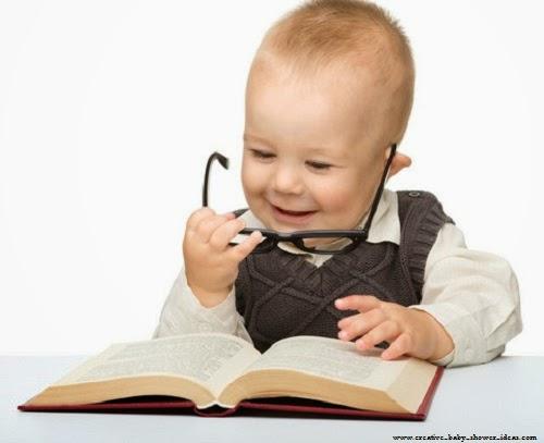 Joli Bébé qui lit un livre