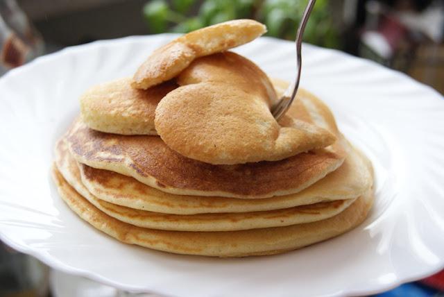 Puszyste pancakes, najlepsze pancakes, pomysl na sniadanie, pyszne placuszki, niedzielne śniadanie, z syropem klonowym, z sosem tofii, z sosem truskawkowym, przepis na puszyste naleśniki, domowe amerykańskie naleśniki, amerykańskie pancakes