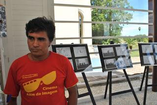 foto de Júnior Rodrigues ao lado de cartazes dos filmes