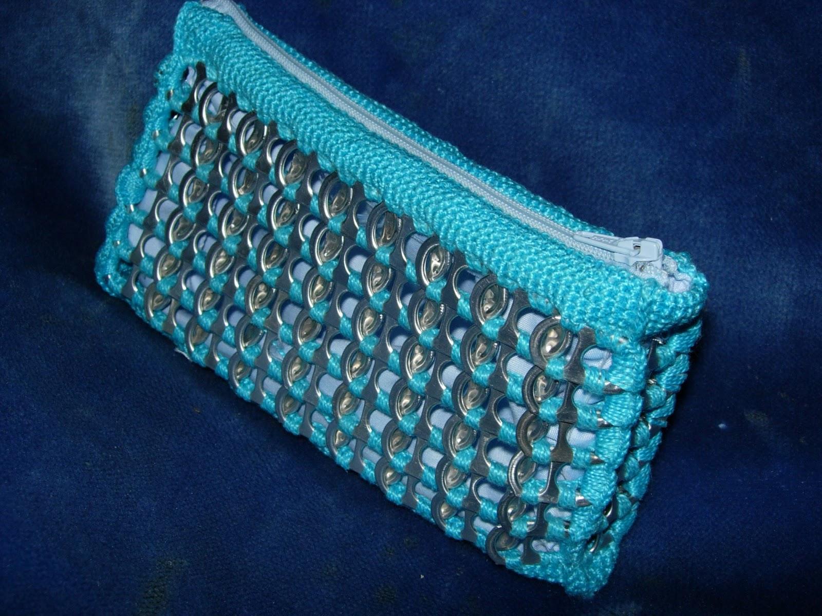 Bolso azul de chapa regalo para Roser que la tengo recogiendo