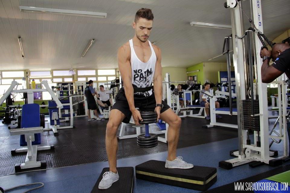 Agachamento com pernas afastadas ou sumô - 3 séries de 12 repetições - 40 kg - Foto: Marcos Januário
