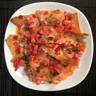 Nachos pico de gallo tomate cebolla atún y queso fundido