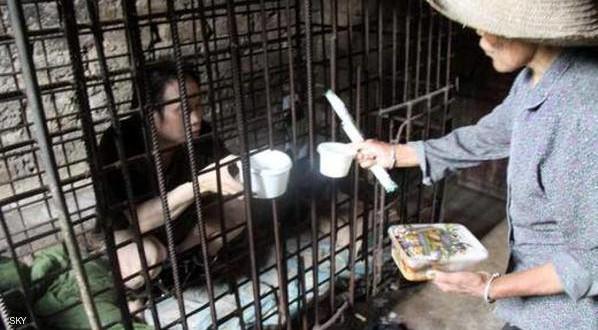 أسرة صينية تحبس ابنها في قفص 11 عاما
