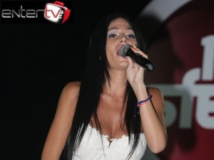 Είναι κούκλα και κόρη πασίγνωστου Έλληνα τραγουδιστή-Δείτε τη με τον πατέρα της