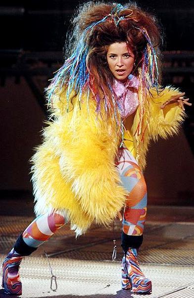 Foto de Gloria Trevi en concierto con look desgreñado y colorido
