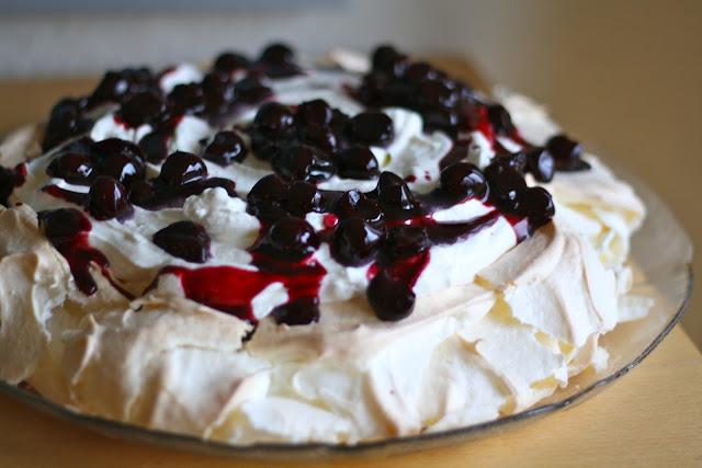 Pavlova, yoghurt-flødecreme, selleberg, kirsebrsauce