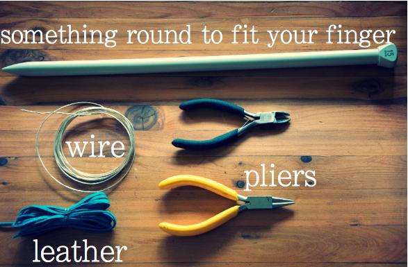 Anillo de cuero tejido sobre alambre en Recicla Inventa