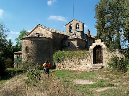 Les façanes de llevant i nord de Sant Pau de Casserres amb el petit cementiri al seu costat