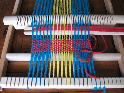 Weaving with different coloured yarns